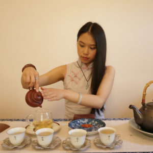 make tea with a teapot